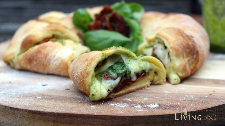 Tomate Mozzarella Caprese kann man auch perfekt im Croissant Teig auf dem Pizzastein backen. Frische Zutaten mit einem intensiven Aroma. Perfektes Fingerfood