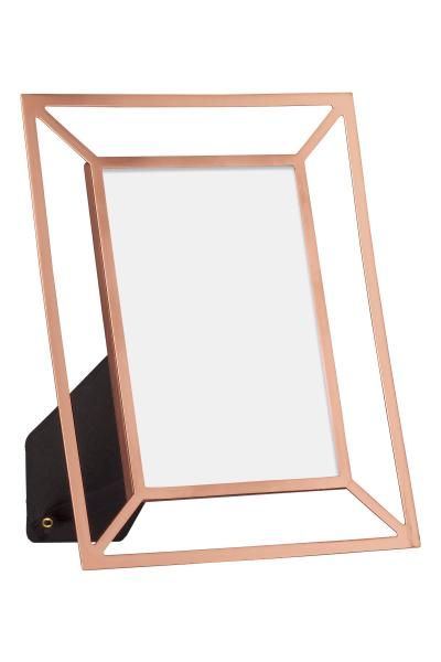 Metal photo frame: Rectangular photo frame in metal with a stand at the back. Fits photos up to 9.5x14.5 cm. Outer dimensions 17x21 cm.