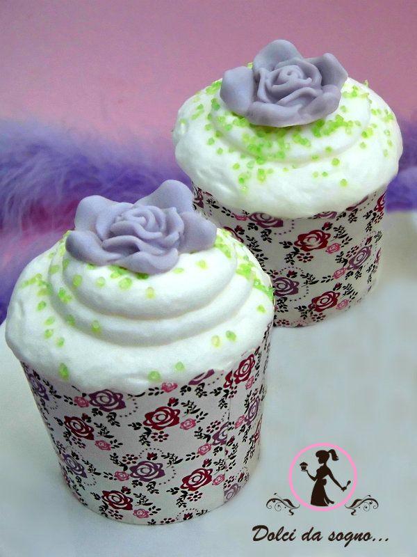 Eleganti e scenografici, questi cupcake aromatizzati alla rosa, una ricetta delicata ed insolita, che utilizza le rose non solo come decoraz...