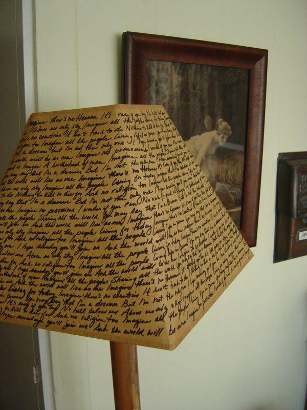 Un abat-jour DIY avec de l'écriture ancienne