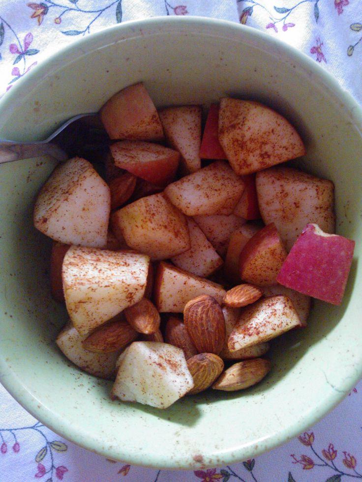 Met een beetje kaneel en wat amandeltjes tover je een alledaags appeltje om in een heerlijk en gezonde verwennerij  Jummie! Plus! Amandelen zijn powerfood voor de hersenen en de geur van kaneel maakt je vrolijk