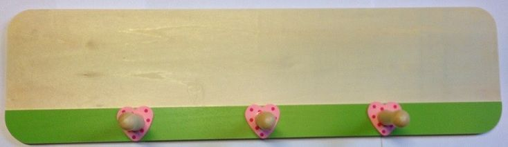 Deze mooie houten kapstok heeft een lime groene rand met daarop roze hartjes met stippen. De kapstok heef 3 grote haken dus er kan veel aan opgehangen worden. Hij is zo al prachtig om te zien maar kan ook nog persoonlijker gemaakt worden door hem te beschilderen of door er houten letters op te plakken.  Deze kapstok is verkrijgbaar in verschillende maten en kleuren. Afmetingen: Lengte 45cm x Hoogte 12cm x Diepte 5,5cm - Houten Kapstok groen met hartjes