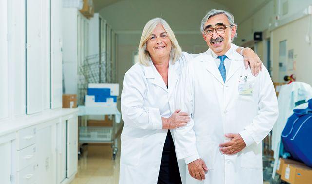 O cirurgião que opera com a mulher