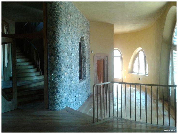 O. Hozman - ARC: dům El Palol,Šp (v rámci celostního centra pro rozvoj fyzických, duševních a duchovních vlastností) dům z místních přírodních materiálů