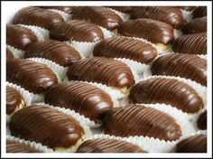INGREDIENTES Massa 1 xícaca (chá) de água 100g de margarina 1 xícara (chá) de farinha de trigo 4 ovos Recheio 1/2 litro de leite 2 gemas 1 lata de leite condensado 3 colheres (sopa) de amido de milho 1 colher (sobremesa) de essência de baunilha Cobertura 1/2 kg de chocolate ao leite MODO DE PREPARO…