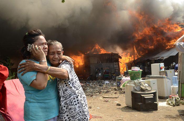 Antara Photo/Sahrul Manda Tikupadang  Fire victims call their relatives during a fire in Makassar - October 23, 2014.