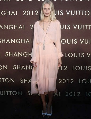 Poppy Delevigne, inauguración de la tienda Louis Vuitton en China con un vaporoso vestido largo (de la colección Resort 2013 de LV)