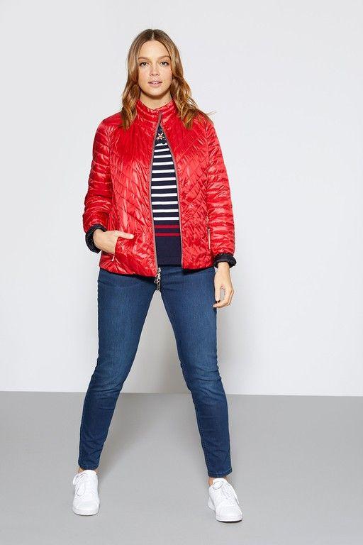 •ELENA MIRO• T.shirt rayé, doudoune rouge réversible, jean slim et tennis blanc. Look sport chic. ► ellemagen