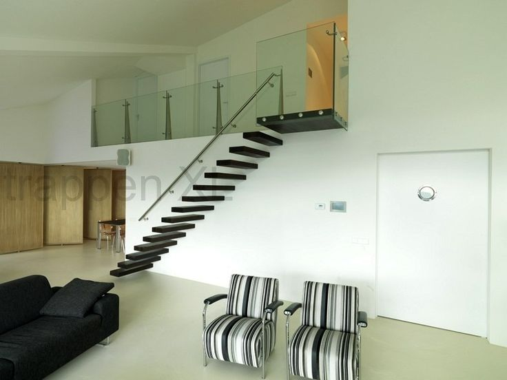 Minimalistische vrijdragende rechte trap uitgevoerd met wenge houten treden. #afstapbordes, #designtrap, #drijvende_trap