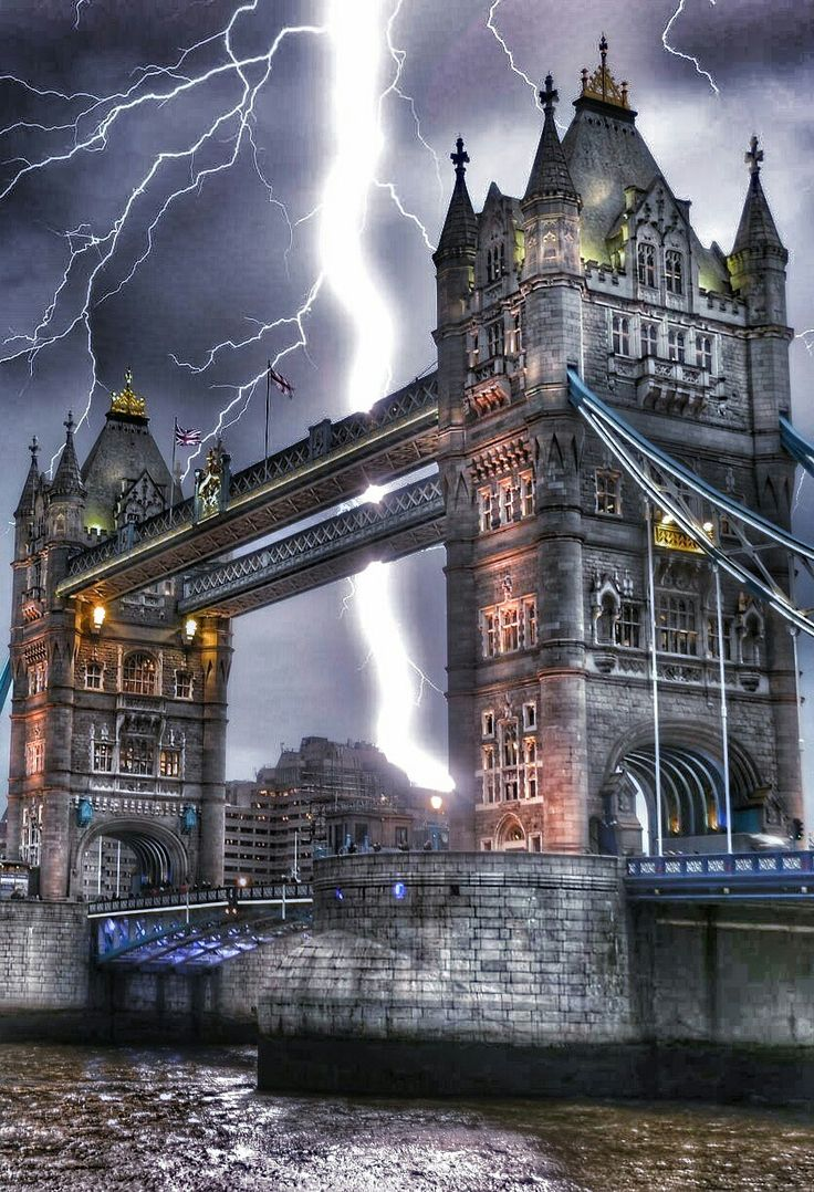 Electrifying moment lightning crashes down on London's Tower Bridge #london#extremeweather#towerbridge
