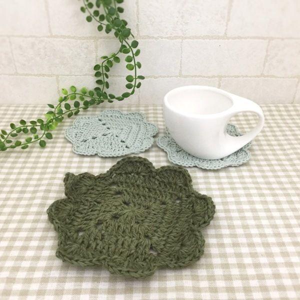 クローバーモチーフの可愛いコースター2枚とジュート糸で編みました。可愛いクローバーモチーフの鍋敷き1枚とセットになります♪●カラー:緑、ラメグリーン●サイズ:鍋敷き14㎝、コースター11㎝●素材:ジュート100%、コットン100%●注意事項:1枚ずつ丁寧に編ませていただいています。ハリを出すため、アイロン用のり剤を使用しています。洗濯できますが手洗いをオススメ致します。洗濯機使用では、早く劣化すると思われますので、ご了承ください。●作家名:amiami♡358#コースター #かぎ針編み #飲み物の下に敷く #インテリア雑貨 #手編み #可愛い #おしゃれ #かわいい #小物 #おしゃれなカフェ #オシャレ #魅力的 #毎日使える #お買い得 #コースターマット #レース #テーブル #シンプル #キッチン雑貨 #ハンドメイド…