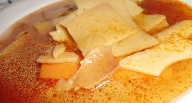 Lebbencs leves recept: Egyszerű, gyors tésztaleves. Arra kell figyelni, hogy a tészta ne égjen meg, és csak annyit főzzünk belőle, ami el is fogy, mert különben nem marad másnapra leve a levesnek. :) http://aprosef.hu/lebbencsleves_recept