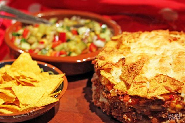 Een taart van tortilla-wraps en verse groenten uit de oven. Heerlijk! Lekker met een Mexicaanse salade en tortilla-chips. Kijk op Bonapetit voor het recept.