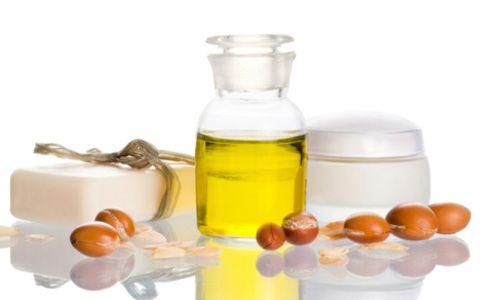 L'olio di Argan è uno dei tanti tesori preziosi che ci ha offerto la natura. Questo unguento, considerato un vero e proprio elisir di eterna giovinezza, si estrae dai frutti dell'Argania Spinosa, un albero che cresce nei terreni aridi del Marocco. L'olio di Argan è uno dei tanti tesori preziosi che ci ha offerto la natura. Questo unguento, consider...
