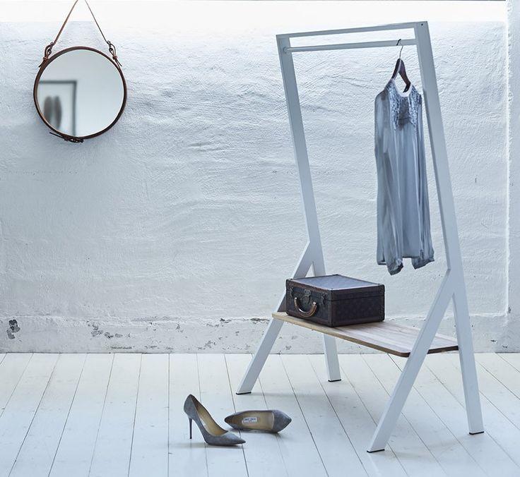 Elegant og moderne garderobestativ til entréen eller soveværelset. Med JENSENplus' FM Wardrobe får du en stilfuld opbevaringsløsning med både plads til overtøj og fodtøj, der kan stilles på bænken.