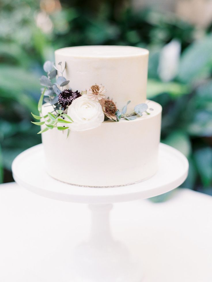 simple minimal modern cake | Photography: Ashley Crawford