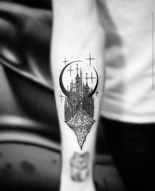Y este castillo intrincado y hermoso, que es una obra maestra. | 19 Tatuajes de lunas que son verdaderas obras de arte