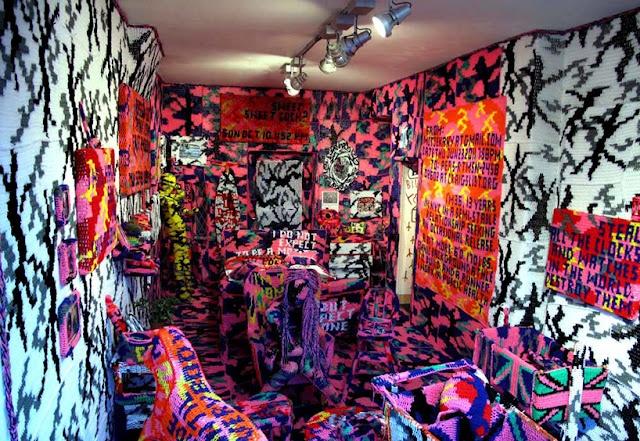by Agata Olek. Usando o crochê como instrumento de trabalho, ela cria esculturas e ambientes grafitados ou camuflados estilo punk.
