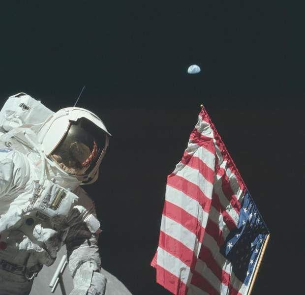 Où se trouve ma maison ? L'astronaute Harrison Schmitt, le seul membre d'équipage des missions Apollo à être un scientifique professionnel, pose à côté du drapeau américain à 384 000 km de distance de la Terre.