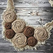 Купить или заказать Текстильное колье 'Хрустальный розовый' в интернет-магазине на Ярмарке Мастеров. По пенно-розовому морю Плывет букет. По нежно-розовому морю В сиянье дня В прозрачной розовой вуали Пришла весна.... Розовые розы часто символизируют новое начало отношений, некий намек на то чувство, которое, возможно в скором будущем, разгорится во всю силу и поразит двух влюбленных в самое сердце. Романтичный аксессуар с розовыми розочками и бусинами лэмпворк. Цена 30 евро, включая…