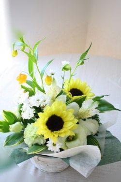 涼しげなひまわりのアレンジメント。 夏のお供え花に。