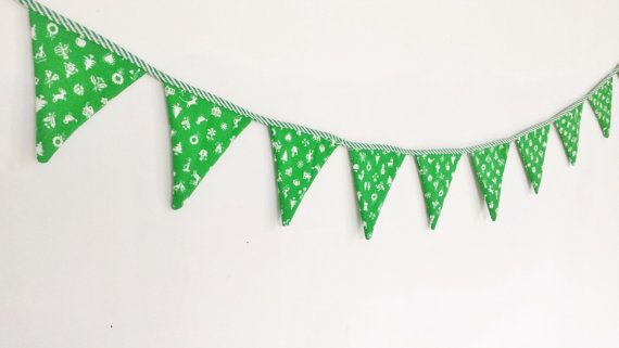 Simple Christmas bunting for decorating your tree or home. Would look very festive on a mantelpiece.  Measuring 100cm in length, each flag