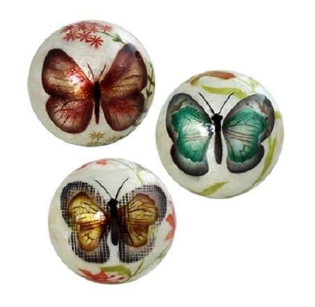 fb2b25c3a65b Set de tres bolas en nácar beige con dibujos de mariposas.Medidas 10cm D.