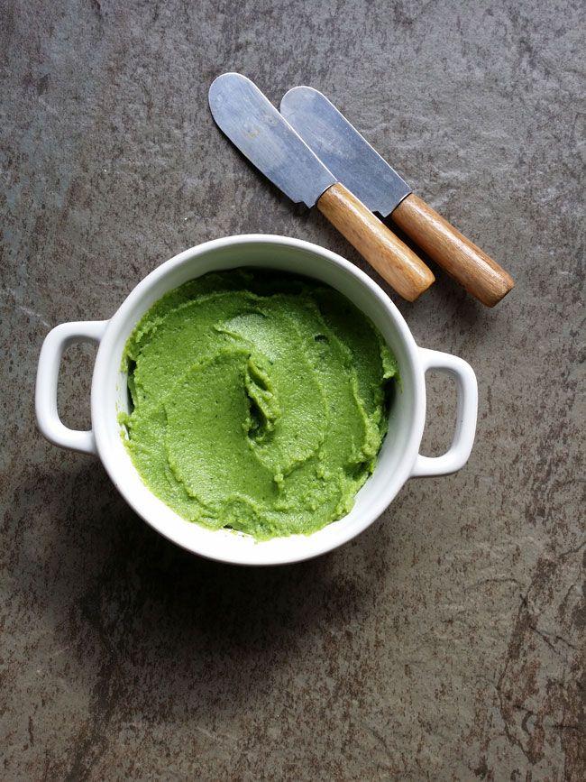 Pate-de-brocoli:  Elaboración para el paté de brócoli: 1º Cortamos el brócoli en ramitos pequeños que no tenga tronco. 2º Ponemos a hervir el agua y cuando hierva añadimos un puñado de sal y añadimos el brócoli, cocinamos tres minutos, escurrimos y enfriamos en agua y hielo. Escurrimos de nuevo y reservamos. 3º Trituramos con la batidora hasta conseguir una pasta compacta, añadimos un hilo de aceite, un toque de pimienta, y trituramos de nuevo. No debemos añadir caldo de la cocción, nos que