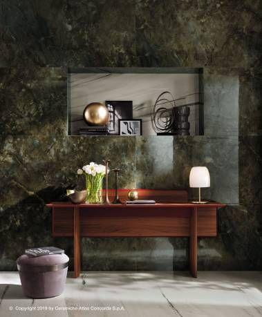 Un living en grès cérame effet marbre aux forts contrastes et aux notes de couleur raffinées