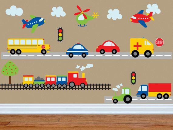 ¿Preocupado por las etiquetas que no se pegue? ¡ Pruebe nuestro riesgo de producto gratis! 100% garantía de devolución del dinero dentro de 30 días de recibir su envío. Si tu decoración tiene algún problema que se pega le daremos la opción de reemplazo o un reembolso completo!  Esta colorida escena de vehículos de transporte es la manera perfecta para animar la habitación de tu niño! Este juego tiene todo lo que necesitas! Un autobús, coche de policía, ambulancia, tren, camiones…