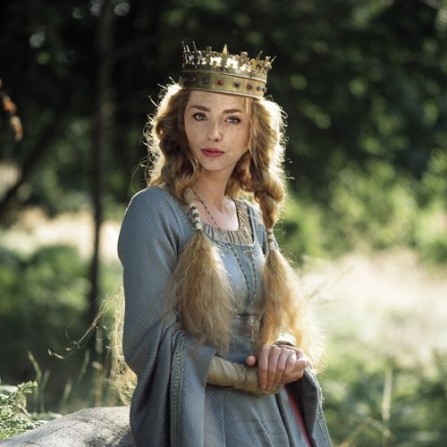 Hair is perfect! Something messy but beautiful. Simple makeup.    Elizabeth of York. The White Queen.