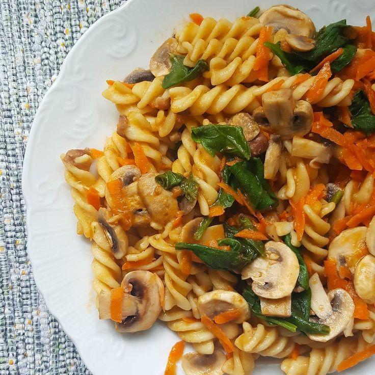 Massa com feijão cogumelos  espinafres salteados e cenoura para o almoço de hoje! - Pasta with beans mushrooms spinach and carrots for my lunch today!  #vegan #vegetariano