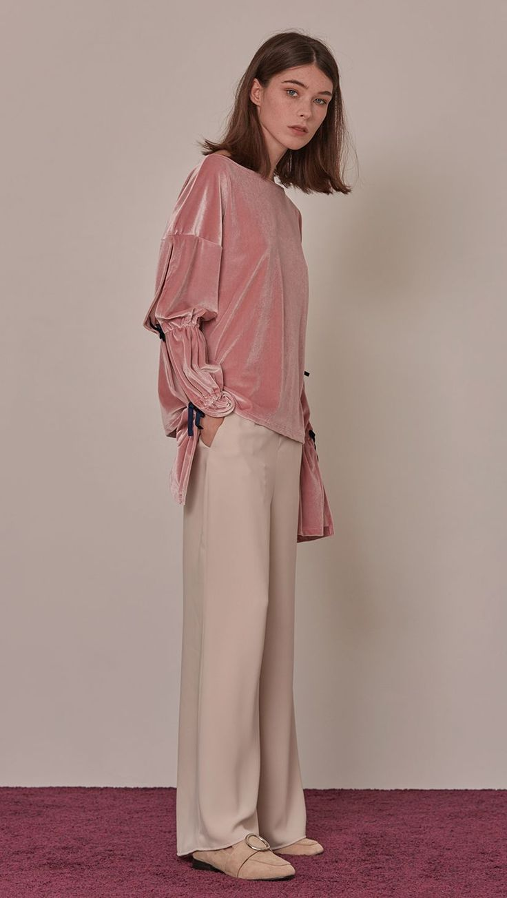 Ludlow Top in velour pink. Laid-back theme of long bell sleeved. Wide scoop neckline. Velvet self-tie opening on sleeves. Slip on. Designed to be relaxed fit. COMPOSITION AND CARE Dry clean only 94% p