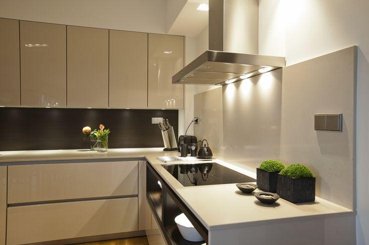 Ett välkomponerat modernt kök med ombonad känsla. Högblanka luckor i kombination med klassiska vitrinskåp. Ett riktigt drömkök från SieMatic!