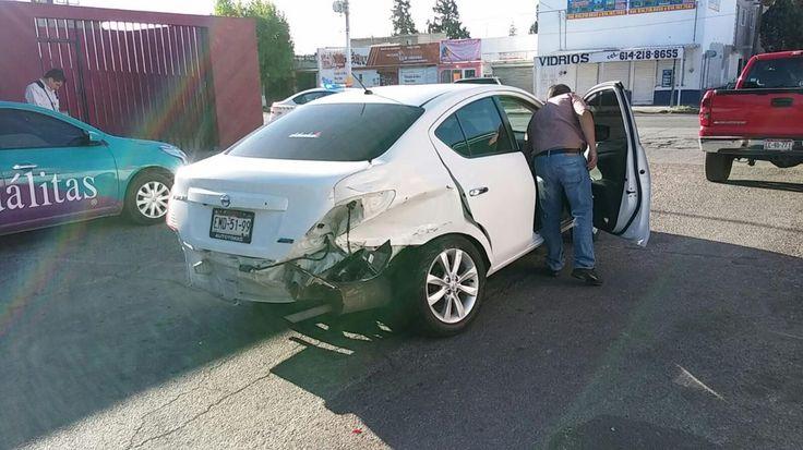 <p>Chihuahua, Chih.- Se registró un aparatoso accidente entre dos vehículos en el cruce de la avenida Juan Escutia y Chucho Martínez en
