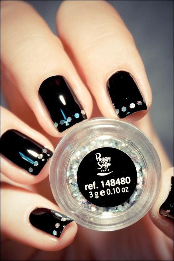 decoracion de uñas negras con pequeños accesorios