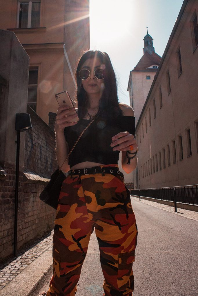 04de9e56eb6066 FRÜHLINGS OUTFIT MIT OFF-SHOULDER TOP UND CAMO PANTS by ohwyouknow.com   Dior Tasche