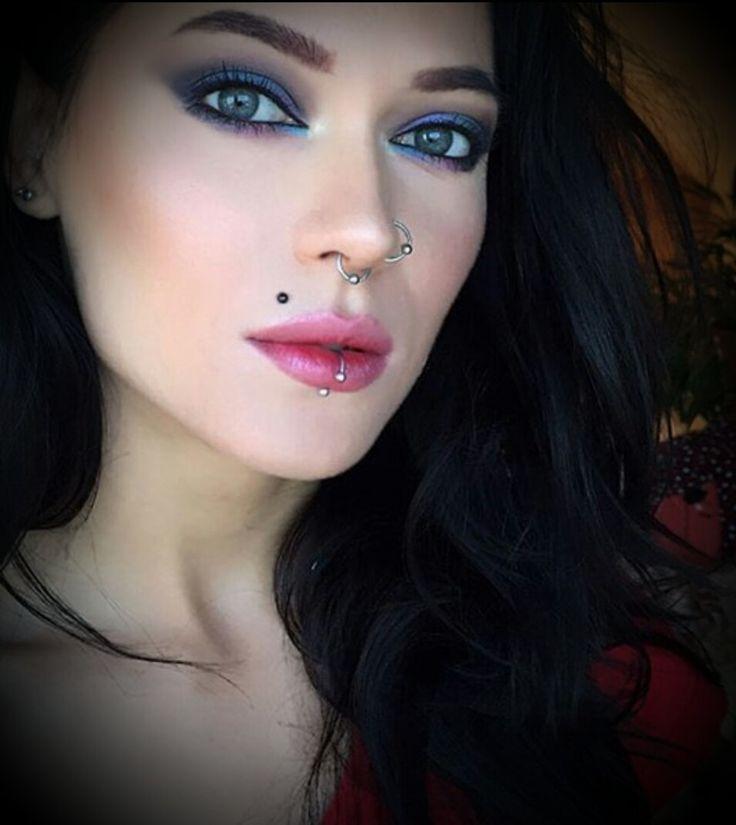 """A chi mi apprezza Happy New Year 2017. Non sono io in foto naturalmente ma uso quest'immagine di donna con i miei colori perché io sono castana e ho gli occhi verdi come da bacheca nel mio profilo. By me che non siamo solo """"profili virtuali"""" ma soprattutto persone. 1.01.2017"""