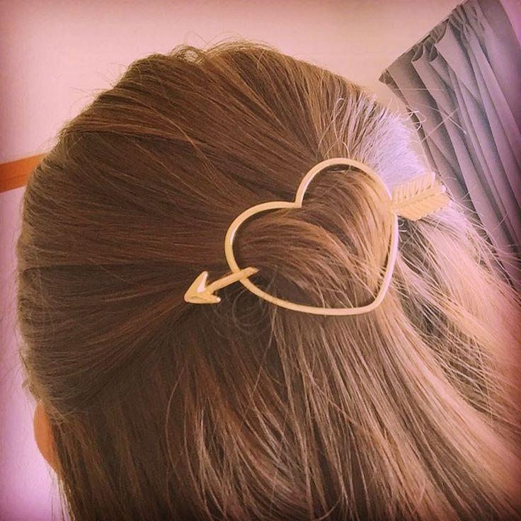 ヘアスティックでつくる計算づくのふんわりまとめ髪スタイル