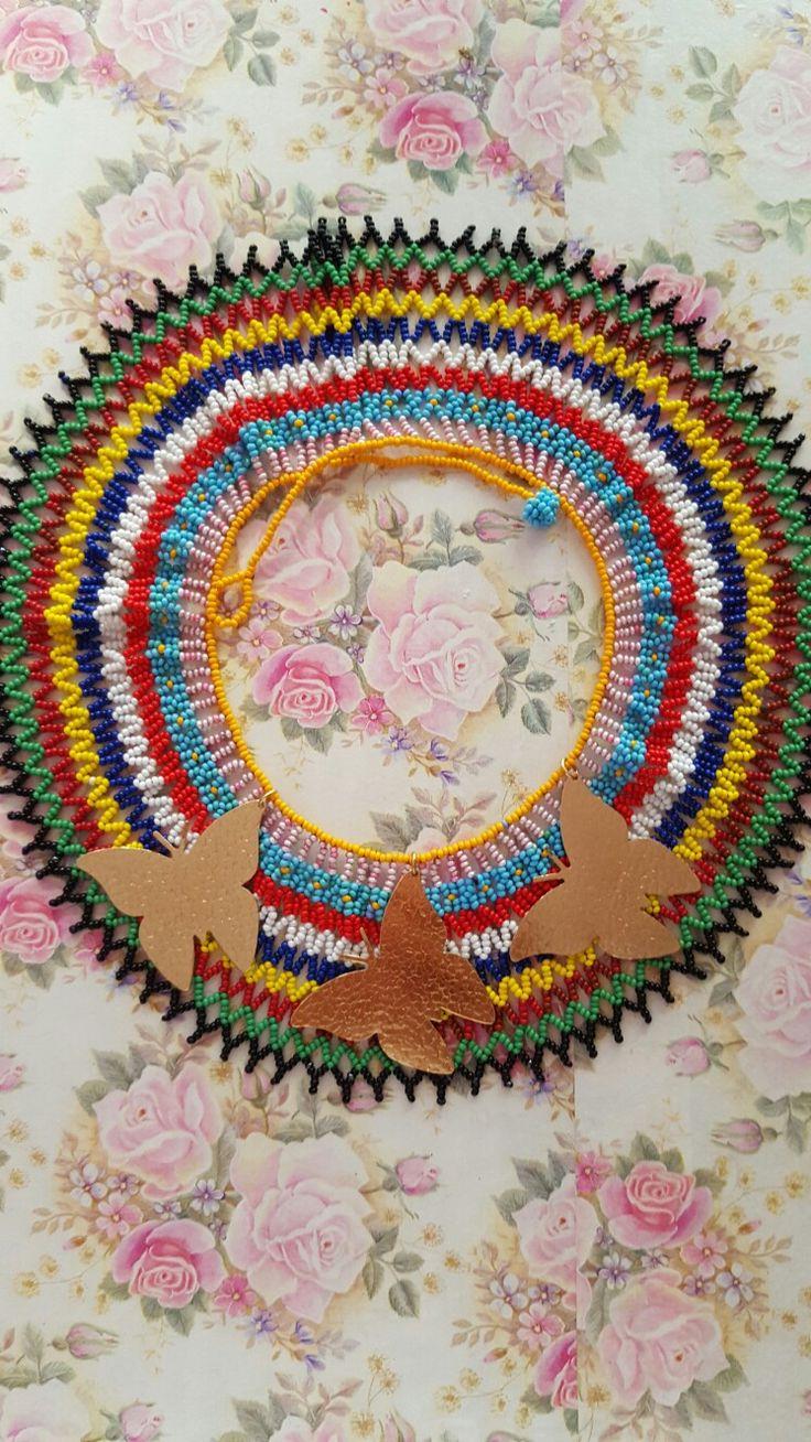 Gargantilla en chaquira, ensambladas por artesanas indigenas. Diseño GM