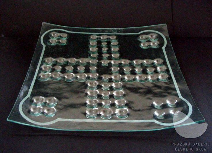 Hrací deska Člověče, nezlob se!, lehané a pískované sklo, r. 2007