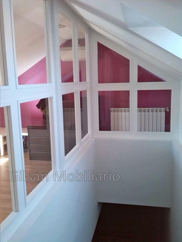 Cerramiento de Buhardilla. Lacado en Blanco. Interior de la escalera.