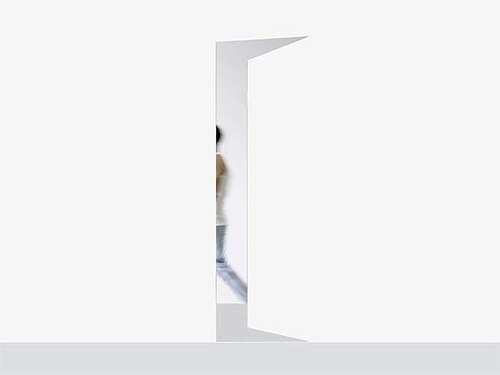Glimpse, Een spiegel die de illusie geeft dat er een deur op een kier staat.  Illusies willen ontwerpers graag geven… Grappig ontwerp van Sarah T. Kang.