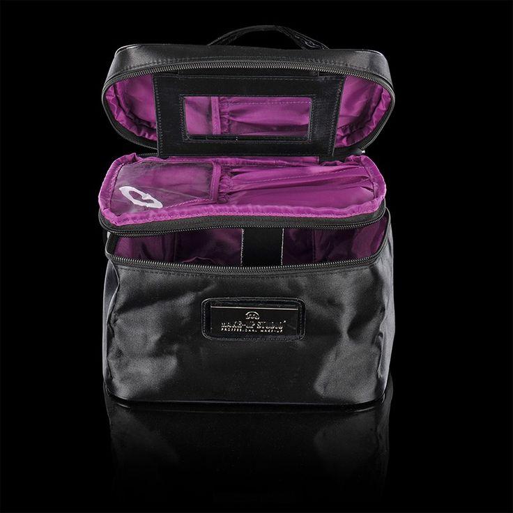 COLLECTION TRAVEL - BARCELONA  De Travel Collection bevat diverse stijlvolle tassen in verschillende formaten en uitvoeringen. De tas 'Barcelona' is een mooie, praktische zwarte tas in de vorm van een beauty case. Ideaal voor op reis! Afmetingen 22 x 15 x 5 cm #makeupstudio #collection #travel #barcelona