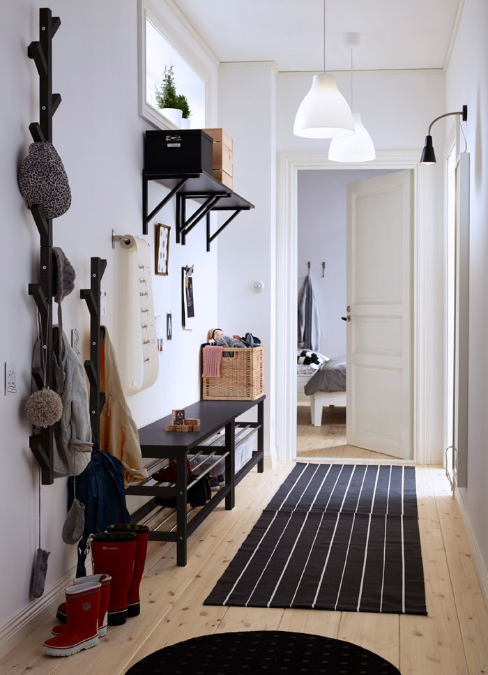 Ingresso con due panche con vano scarpe, uno specchio e attaccapanni per giacche e borse - IKEA
