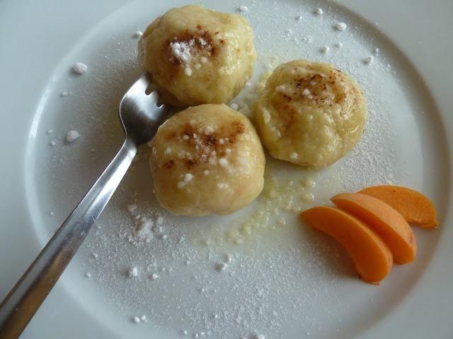 Tvarohové meruňkové knedlíky - 250g měkkého polotučného tvarohu  200g polohrubé mouky 50g másla 50g cukru 1 vejce meruňky Dejte vařit vodu. Cukru utřete s máslem dohladka a přidejte mouku, tvaroh a vejce. Vypracujte hladké těsto, které vyválejte válečkem, rozkrájejte na dílky a obalte jimi vypeckované půlky meruněk.   Tvarohové knedlíky vařte ve vroucí vodě 5 minut. Poté vyndejte a podávejte s rozehřátým máslem,cukrem a skořicí,kys.smetanou..