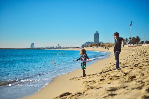 Juegos en la playa, momentos capturados por paula pellicer. Fotografía de niños y familias.