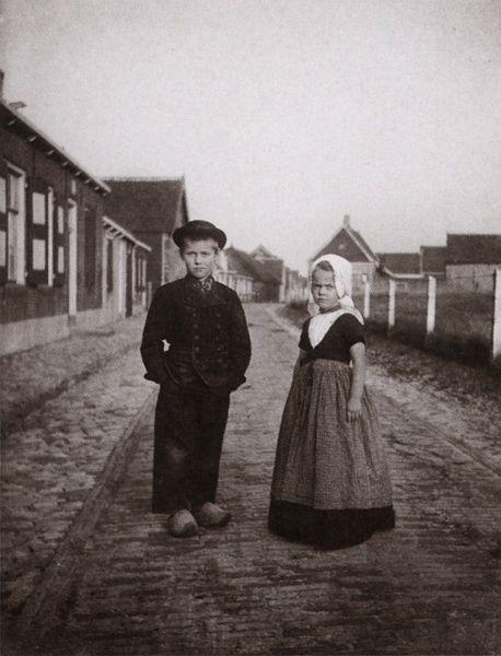 Job en Toos, de kinderen van de schilder, in Zeeuwse klederdracht (1912)