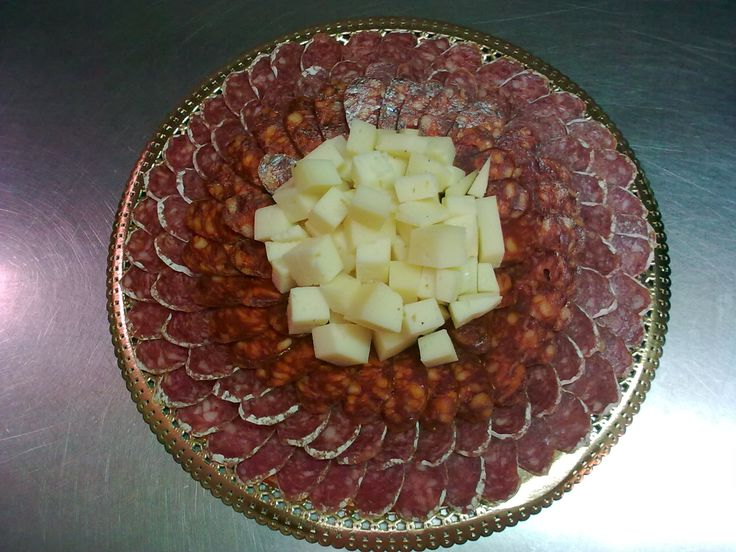 Bandeja de fuet, chorizo riojano y tacos de queso manchego