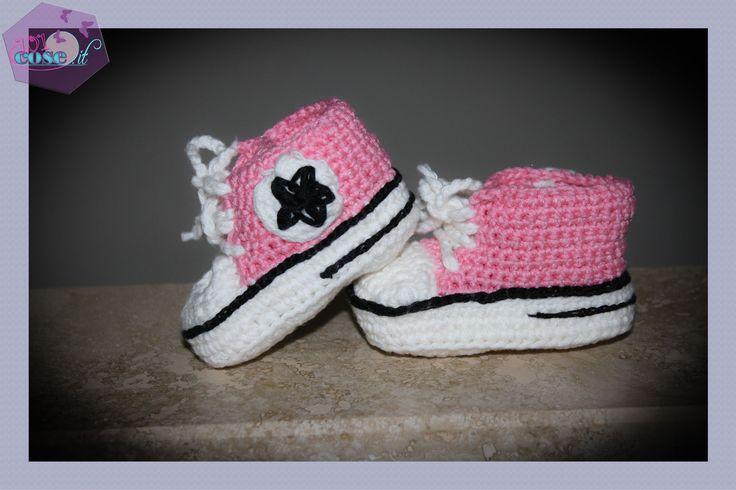 Passate bene le feste??? Oggi 101cose.it vi propone il tutorial per creare delle simpaticissime scarpine da neonato:le All Star all'uncinetto.Prova con noi!